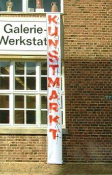 WP-Ateliergebäude mit Kunstmarktfahne